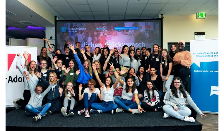 Deutsche Jugend- und Kinderstiftung in Kooperation mit Adobe, Apps programmieren und pitchen, Event im Millerntorstadion